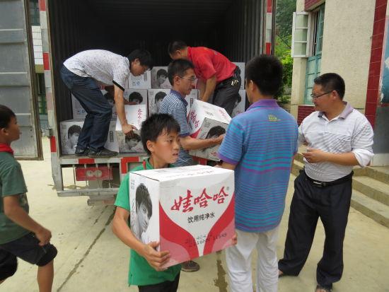 娃哈哈等众多爱心企业联手为弄新小学送来饮用水。来源:新浪广西