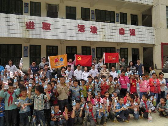 广西北部湾水务集团、娃哈哈等众多爱心企业联手为弄新小学送来饮用水。来源:新浪广西