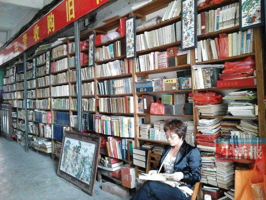 旧书店内,韦女士是老板也是读者。图片来源:当代生活报