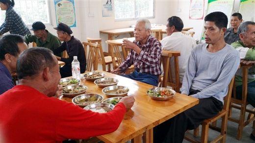 亭凉医院休养员在集体食堂就餐