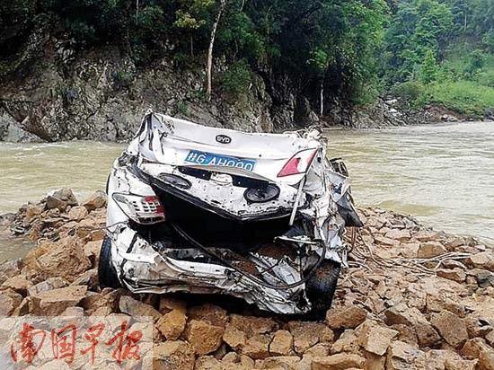 救援人员从河中吊起的失事小车。