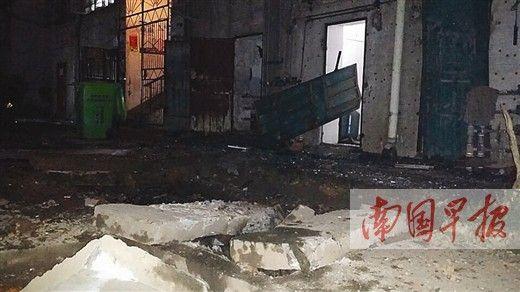 化粪池盖子被爆炸掀开,旁边的铁门和上方的窗户均受损。 骆南华摄