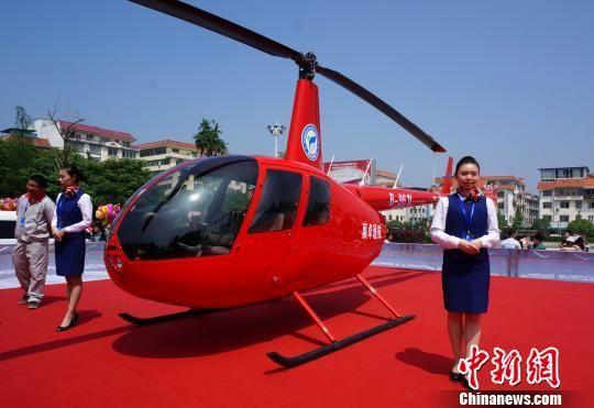 图为罗宾逊R44型直升机亮相广西桂林市兴安县银杏广场。 赵琳露 摄