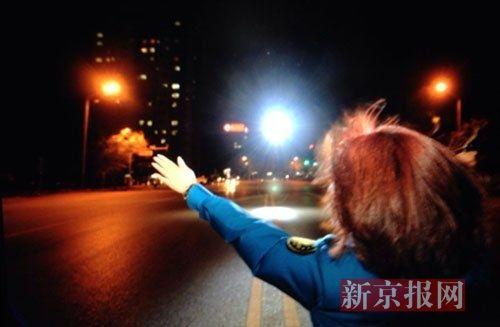 首都机场地面人员引导飞机降落,飞机上载有被移植的心脏。 新京报记者 吴江 摄