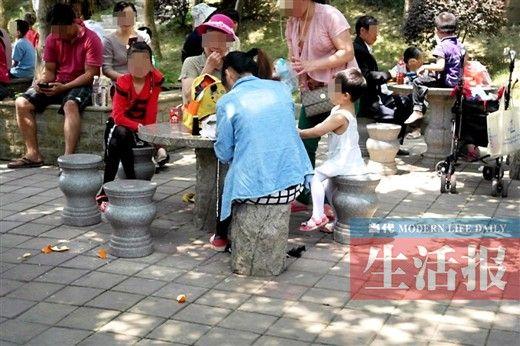 狮山公园里有游客乱扔果皮。