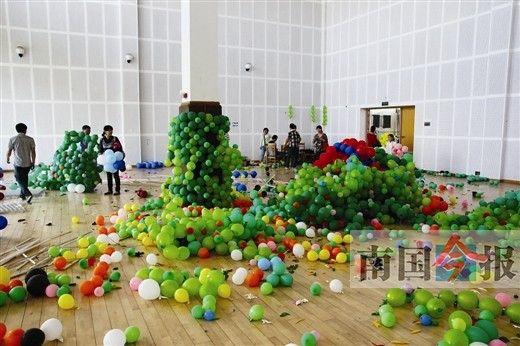 气球遭哄抢,造型被破坏。 记者 黄远来摄