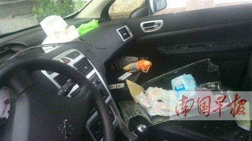 车窗玻璃被砸烂在副驾驶座上,导航仪被盗走。 林女士供图
