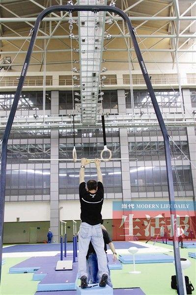 工作人员正在调试热身馆的器材。