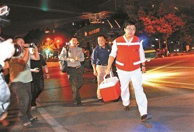 医务人员将救命心脏护送到安贞医院。 北京青年报记者 袁艺
