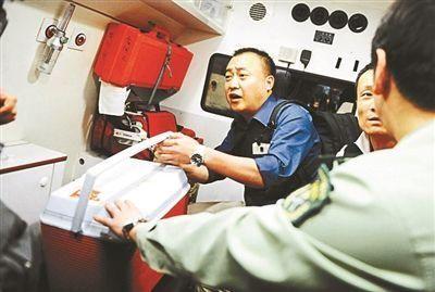 工作人员护送救命心脏。北京青年报记者 袁艺