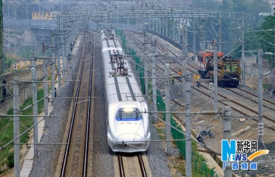 图为一列动车驶出南宁火车站(5月2日摄)。