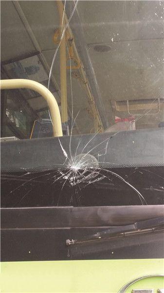 追尾的公交车前挡风玻璃破裂。