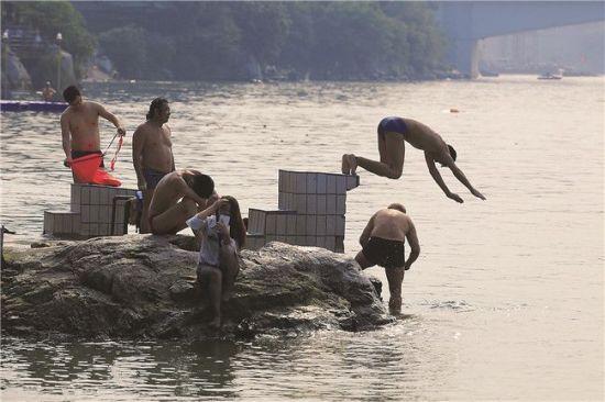 5月2日,不少人在柳江游泳嬉水。