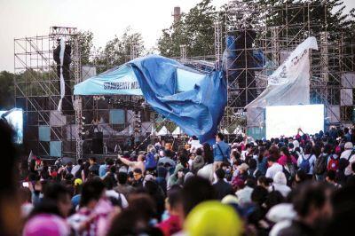 张曼玉献唱的舞台棚布被大风吹翻(京华时报记者朱嘉磊摄)