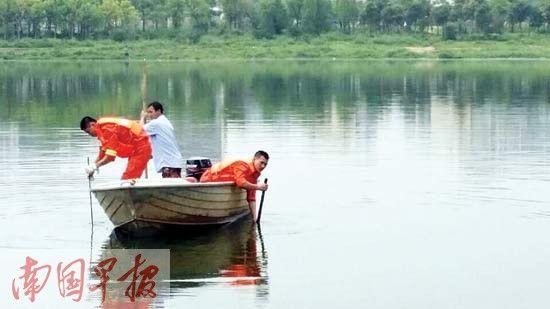 消防官兵正在江中积极搜寻溺水失踪学生。 记者 周如雨 摄