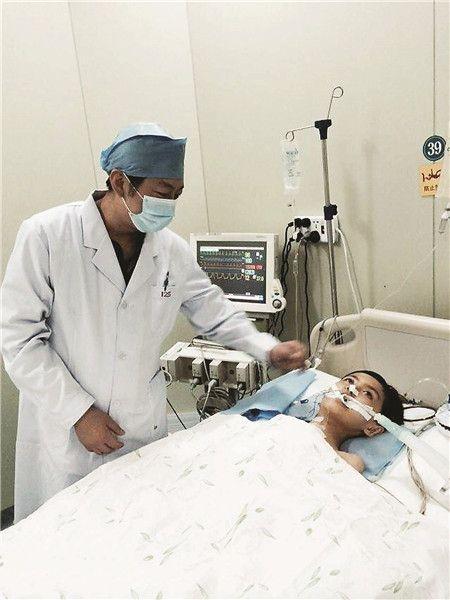 3日下午,男孩小包已经清醒过来,潘禹辰在病床旁观察他的各项体征。解放军第181医院供图