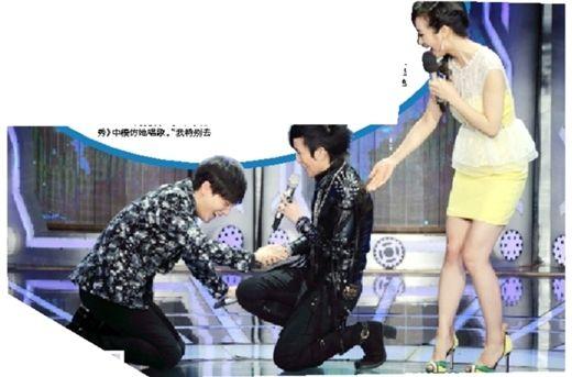 沈凌(左一)在舞台上给潘美辰(中)跪下了