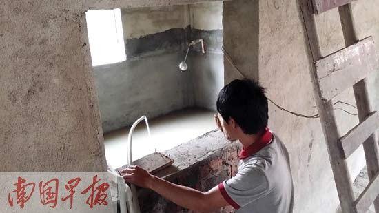 村头深井抽出的水浑浊不能饮用。图片来源:南国早报