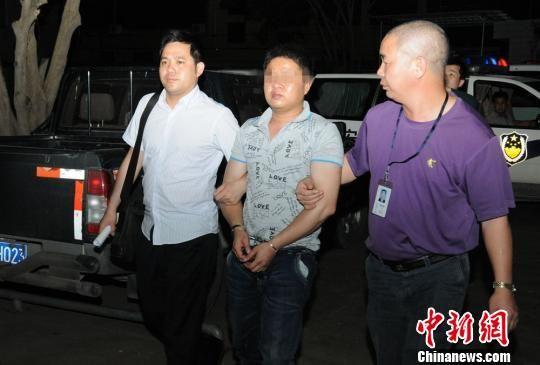 五华警方3日在东莞市汽车总站候车室内将犯罪嫌疑人董某平抓获归案,连夜将其押回五华审讯。