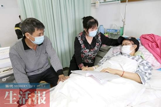 父母看着女儿陶仙兰(右)心疼不已。