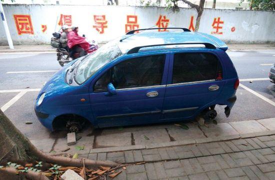 车辆四个车轮一夜消失。南国早报记者 何定坚摄