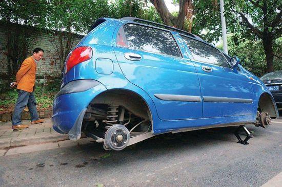 一辆私家车停在南宁市某小区外的停车位上,四个车轮被人盗走,群众反映此前这一带也发生过类似事件,警方已前来调查取证。