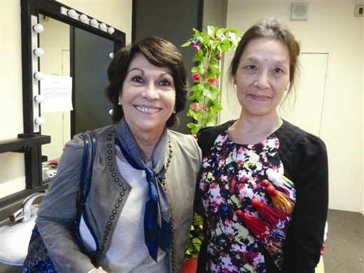 梁燕(右)和发现《梦幻翩翩》的节目组编导合影