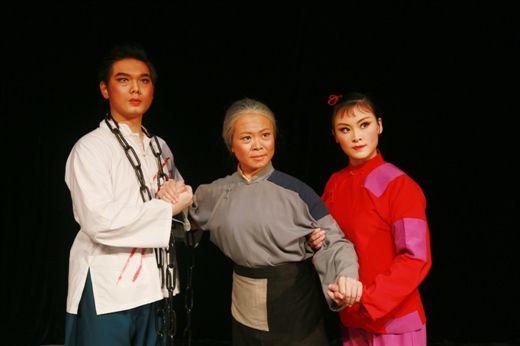 出演《红灯记》对于李森(左一)和陈慧(右一)这两位青年演员来说是个挑战
