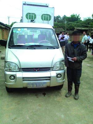 独臂园长驾车接送学生被查。