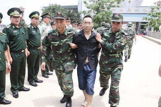 越南警方将贩毒嫌疑人带走