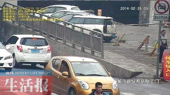 民生路绿都大厦段,一灰色机动车违反禁止标志行驶被电警拍下。