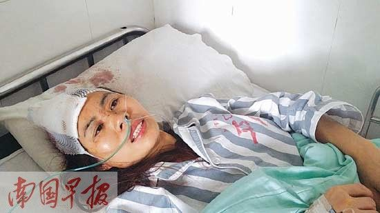 袁女士头部受伤躺在医院进行治疗。