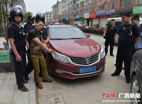 毒贩被警方抓获