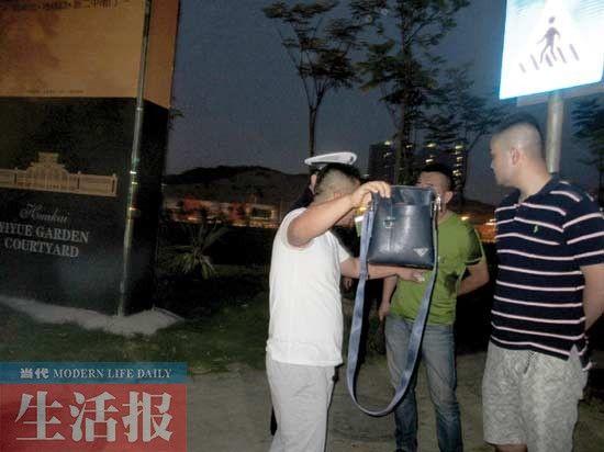 穿白色T恤的是泥头车司机,面对记者镜头,他用挎包来挡住脸部。