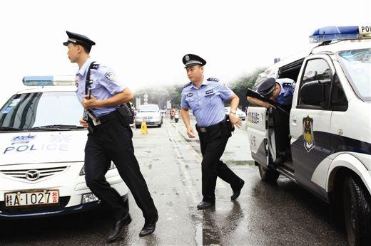 110民警佩枪出警。当代生活报记者 李平 通讯员 劳运荣 摄