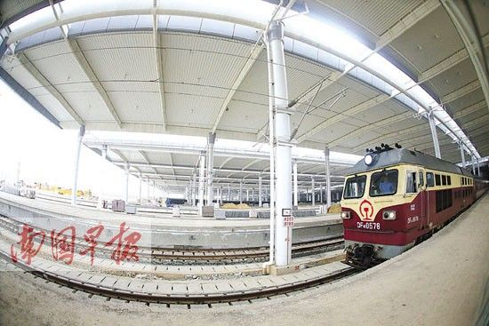 5月8日,南宁东站站台顶棚已基本施工完成。 记者 徐冰摄
