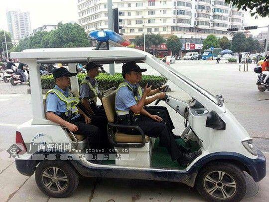北大站民警带领协警步巡。南宁市公安局巡警支队供图