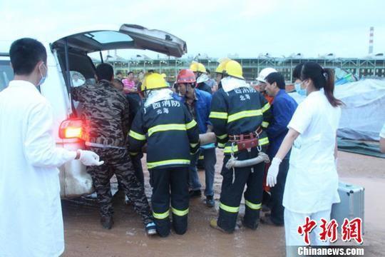 消防员救出被困人员