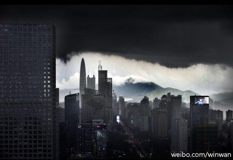 暴雨中的深圳。(来源:新浪微博)