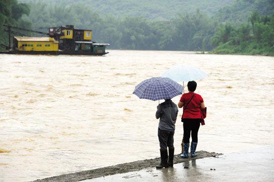 5月11日,广西罗城小长安镇武阳江水位猛涨。新华社 发
