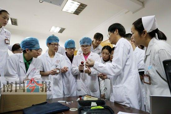 男护士们正在接受骨髓腔穿刺技术培训。