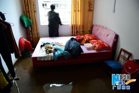 5月11日,在广西昭平县城一处居民区,积水漫进一居民家中。