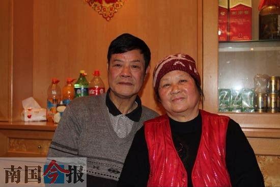 肖恩雪老人(右)与老伴在春节期间拍的一张合影。(受访者供图)