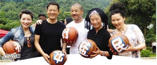 开机仪式上,主演巫刚(左二),吕中(左四),何赛飞(左五)合影