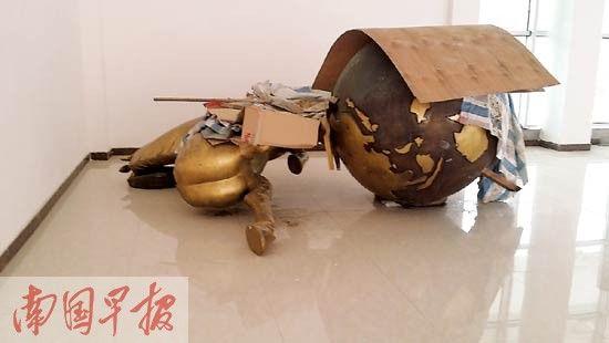 """""""马踏飞燕""""躺在旅游局新办公楼角落。记者 赵敏 摄"""