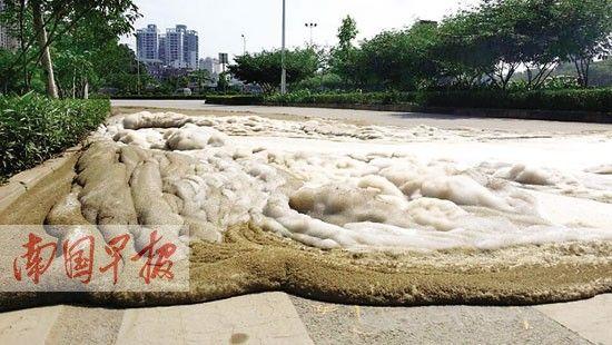流淌到路面上的泡沫。 南国早报记者 周如雨摄