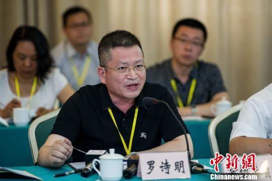 在听证会中对调价方案提出异议的广西政协委员罗诗明在会上发言。洪坚鹏 摄
