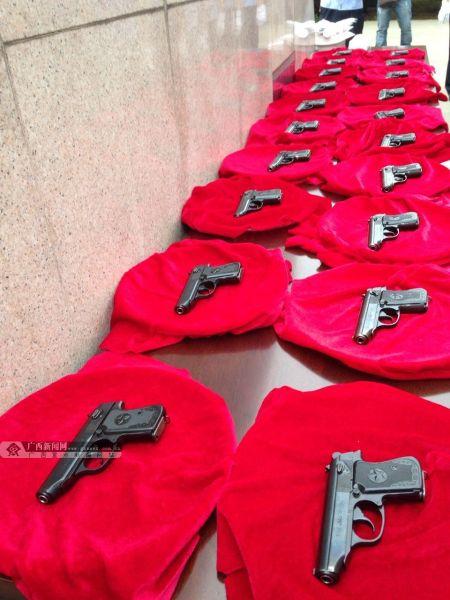 交警所配枪支展示。广西新闻网记者 陈仁义 摄