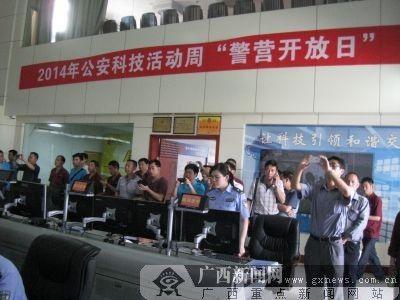 一些参观者纷纷拿起手机录下视频。广西新闻网实习生 林周恒 摄