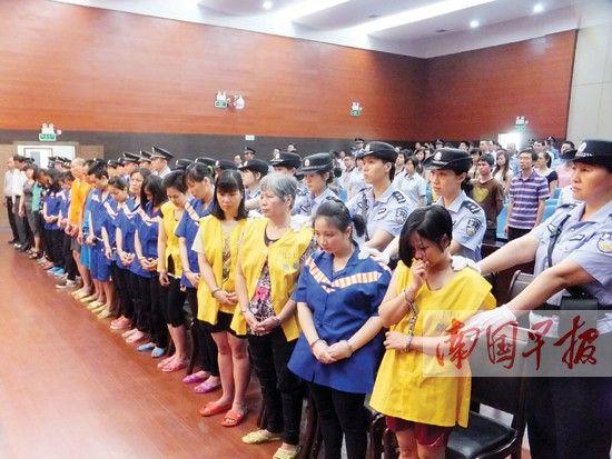 听到死刑的判决,黄清恒(右一)忍不住哭了起来。记者 赵劲松 摄